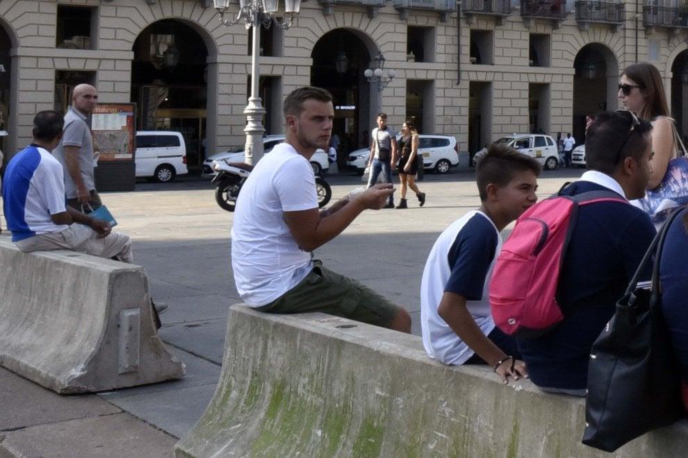 In piazza Castello arrivano i jersey e la gente li usa per mangiare il gelato