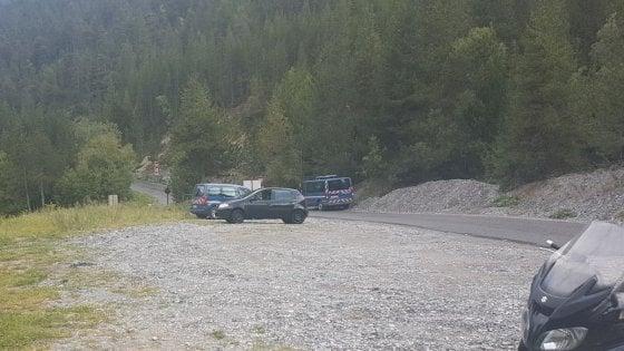 In marcia coi migranti che valicano le Alpi aiutati dai preti passeur