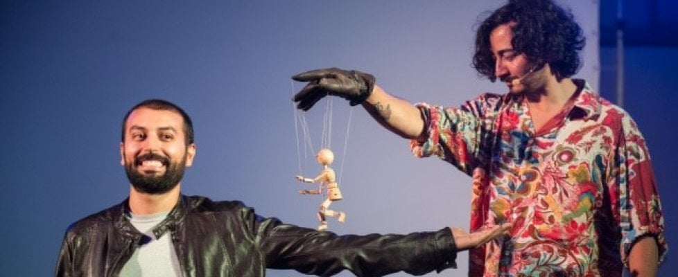 """Torino, il marionettista a domicilio: """"Invitatemi a cena, vi farò divertire con le mie creature"""""""