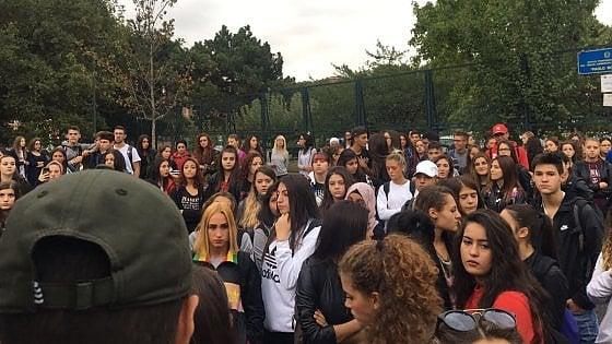 Boselli, trecento studenti non entrano a scuola: protesta contro il trasferimento degli insegnanti