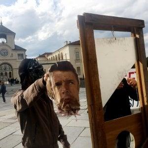 """Renzi e Poletti """"ghigliottinati"""" a Venaria: inizia la protesta contro il G7 di fine mese"""