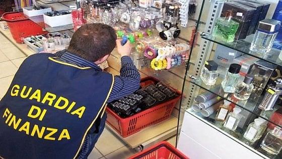 Avigliana, filtri e cartine per sigarette nocivi: sequestrati 1000 pezzi in un negozio cinese