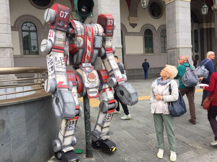Torino, il semaforo diventa un Transformer: blitz di uno street artist in pieno centro
