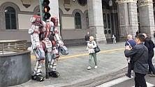 Il semaforo diventa un Transformer: blitz di uno street artist in centro