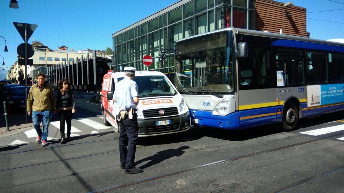 In via cavour un furgoncino just eat contro un bus for Quattro ristoranti torino