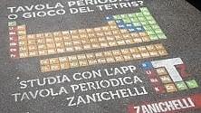Tavola periodica sul marciapiede, pubblicità per il ritorno a scuola