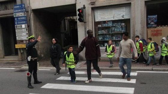 Omegna, un solo volontario per accompagnare a piedi i bimbi a scuola: il servizio salvato dai profughi