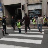 Omegna, un solo volontario per accompagnare a piedi i bimbi a scuola: il servizio salvato...