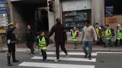 Un solo volontario per portare a piedi i bimbi a scuola: servizio salvato dai profughi