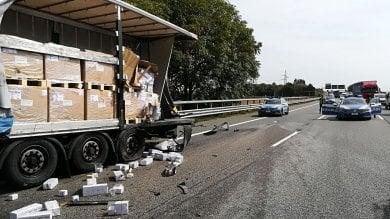 Torino, scontro fra tre mezzi pesanti e un'auto blocca la tangenziale: due feriti