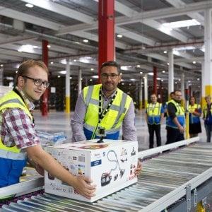 Amazon: spedito il primo articolo da Vercelli, festa con il sindaco nel nuovo polo logistico