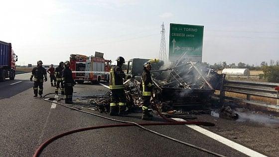 Camion proveniente da Vercelli prende fuoco in autostrada