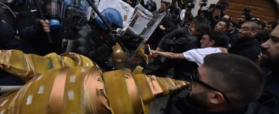 G7 a Torino, disordini tra manifestanti e polizia durante corteo di protesta, un poliziotto ferito e un arresto