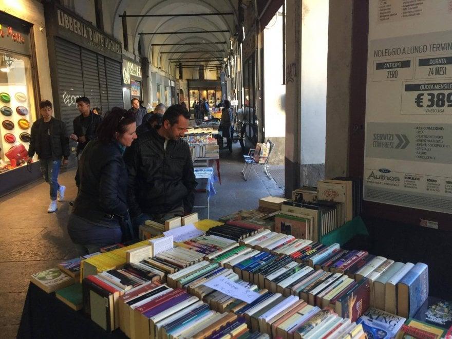 Portici di Carta, nel centro di Torino l'assalto di famiglie e curiosi alla megalibreria a cielo aperto