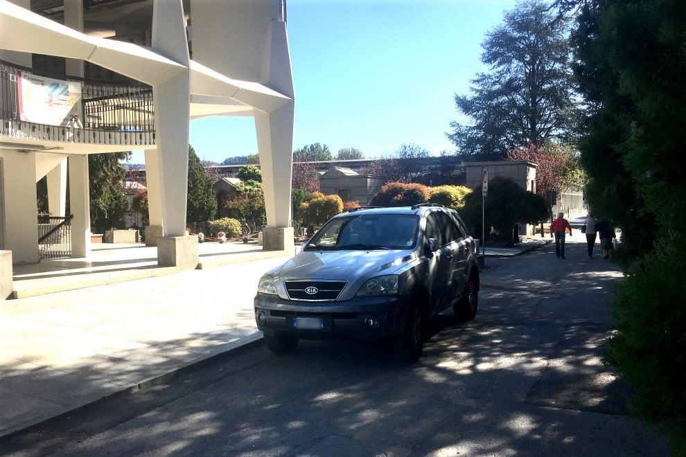 Torino, caos traffico al cimitero Monumentale: le auto posteggiate tra le tombe