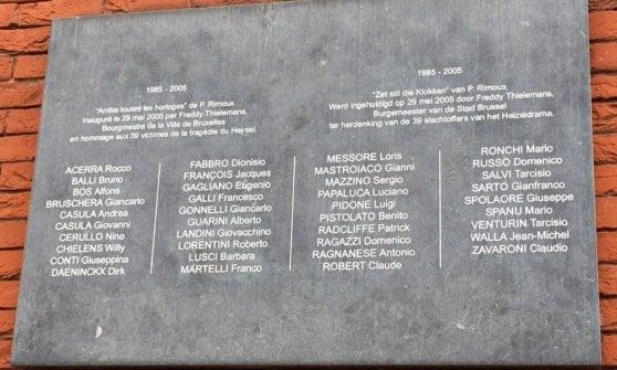 Bruxelles, deposito di bidoni dell'immondizia sotto la lapide per i morti dell'Heysel