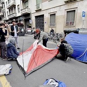 Torino,  un campeggio in strada: la protesta degli studenti universitari