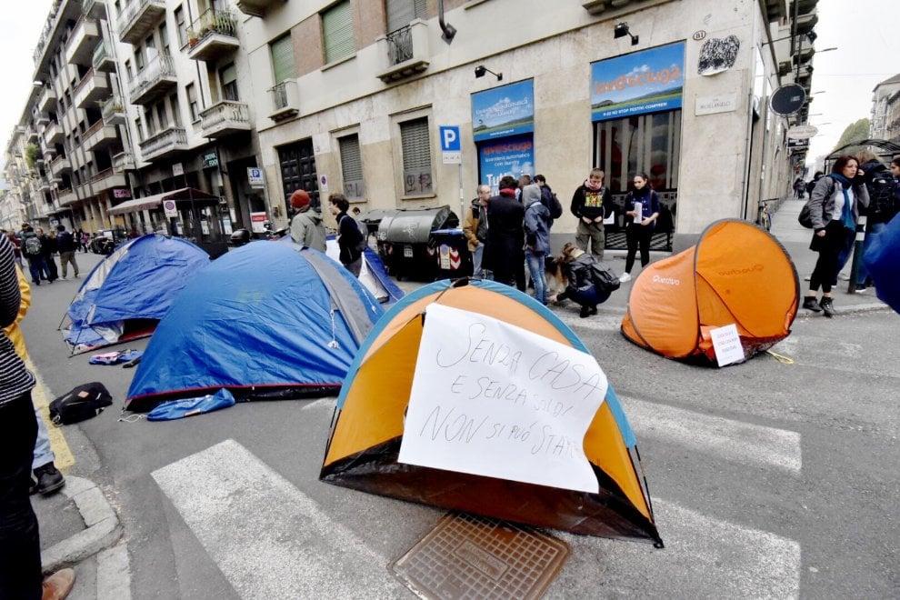Torino, gli universitari mettono le tende in strada per i posti letto che mancano