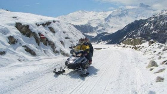 """Cesana, i """"vip"""" vincono la battaglia delle motoslitte: via libera anche dopo le 23"""