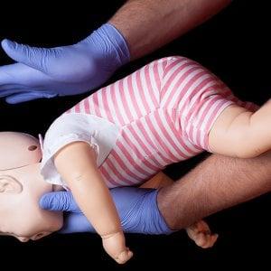 """Torino, in piazza """"Una manovra per la vita"""": i medici spiegano come salvare un bimbo che rischia di soffocare"""