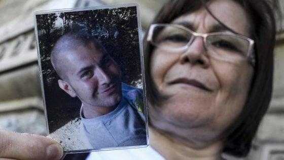 """Torino, parla la madre di una vittima Thyssen: """"Gli assassini fanno una vita normale, a noi non resta neanche la speranza"""""""