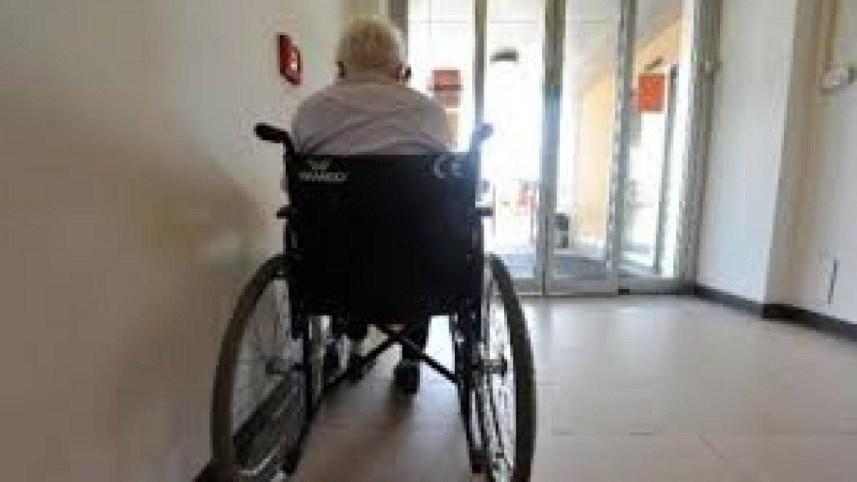 Sedie A Rotelle Torino : Torino anziani legati alle sedie a rotelle quattro denunce per