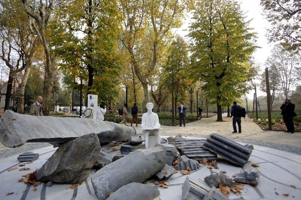 Torino ai giardini reali la scultura creata da paolini con i