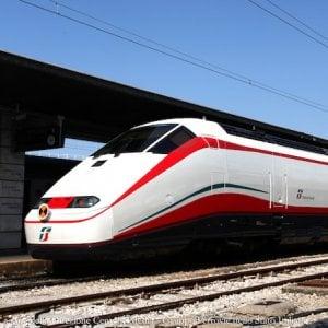 Muore nel Torinese travolto dal treno che stava fotografando