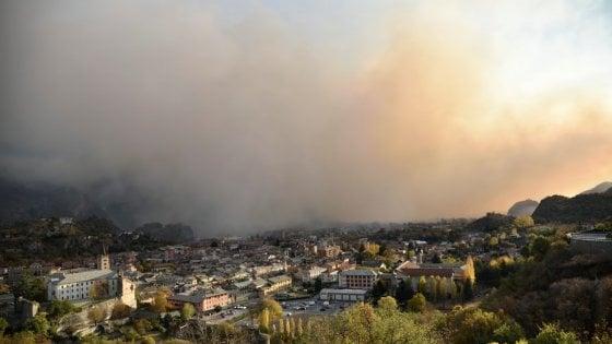Incendi, inferno in Valsusa: fuoco a ridosso delle case, più di mille evacuati. Chiusa l'autostrada per il Frejus