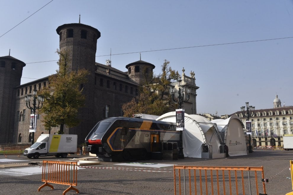 """Torino, i nuovi treni Pop e Rock """"fermano"""" in piazza Castello"""
