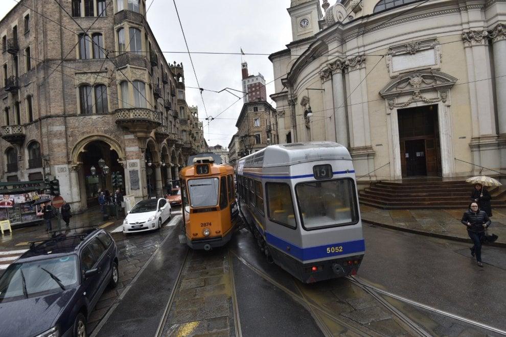 Due tram si scontrano e deragliano nel centro di Torino: sedici feriti, traffico in tilt