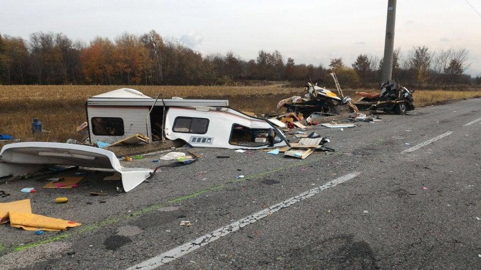 Venaria,  camper distrutto dopo lo schianto contro un camion