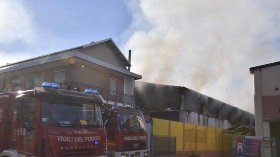 Pianezza, in fiamme uno stabilimento: colonna di fumo visibile da tutta Torino
