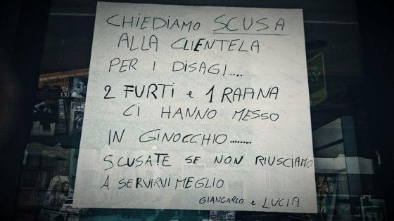 """Asti, il cartello del tabaccaio depredato dai ladri: """"Ridotto in ginocchio, scusate se non vi servo meglio"""""""