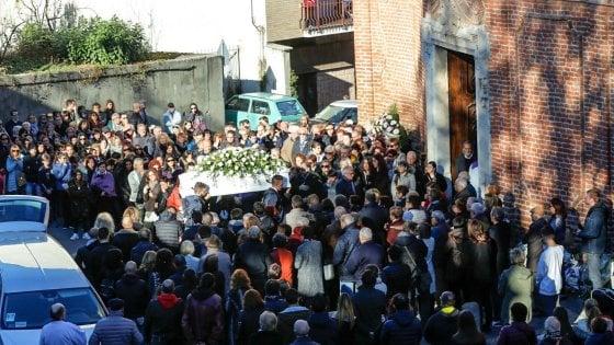 """Gassino, folla per l'addio alla tredicenne morta nell'auto guidata dal padre: """"Saremo tuoi amici per sempre"""""""