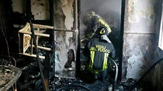 Susa, frigo allacciato abusivamente all'elettrictà del palazzo provoca incendio: negozio distrutto, titolare in manette