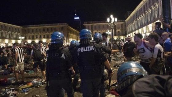 """Piazza San Carlo, il commissario Bonzano accusa l'Amiat: """"Chiamata venti volte, i miei agenti hanno tolto a mano centinaia di bottiglie"""""""