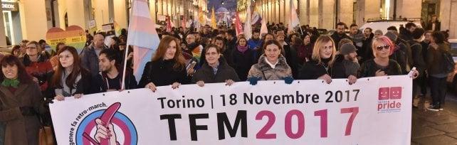 """La marcia per i diritti delle persone transessuali sfila a Torino sulle note di """"Bella ciao""""  video"""