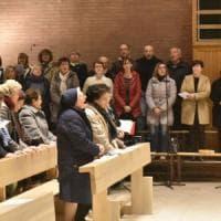 Torino, standing ovation in chiesa per il parroco rimosso: