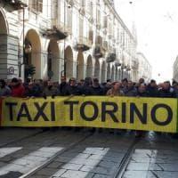 Taxi in sciopero, corteo in pieno centro a Torino: