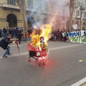 Trecento studenti in corteo contro i tagli all'istruzione, bruciata la foto della Fedeli