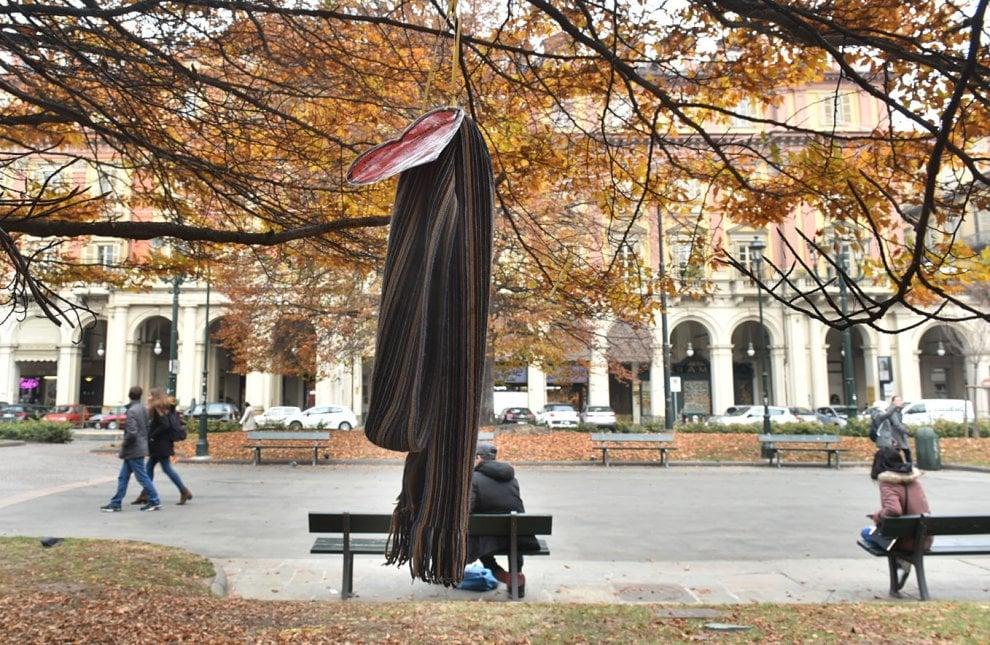 Torino, i bambini appendono sugli alberi dei giardini pubblici le sciarpe per i clochard