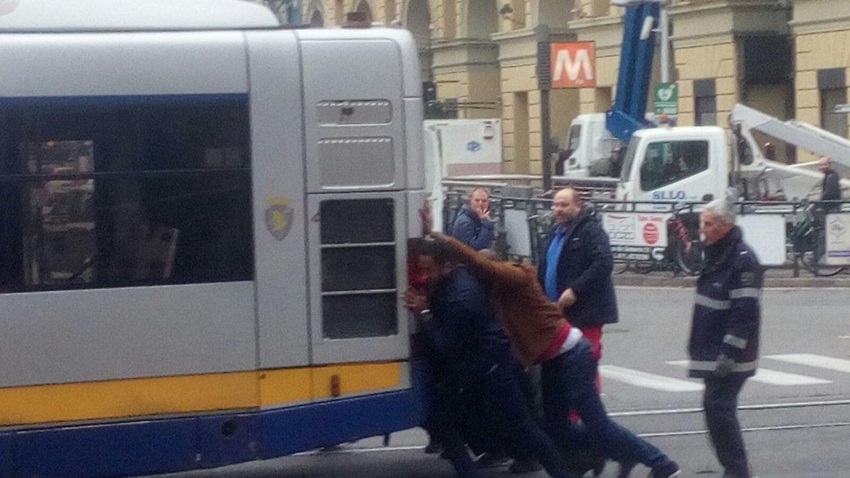Torino tocca ai passanti spingere il bus guasto - Pullman torino porta nuova caselle orari ...