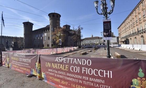 Torino il logo fascista sulle bancarelle di natale for Carretta arredamenti torino