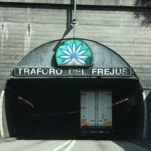 """""""Passeur"""" kosovaro arrestato al traforo del Fréjus con quattro migranti a bordo dell'auto"""