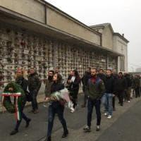 Torino, saluti romani davanti alle tombe dei caduti di Salò: indagati nove neofascisti