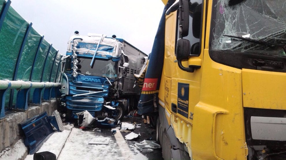 La prima neve blocca l'autostrada: un groviglio di Tir ferma il traffico a Oulx