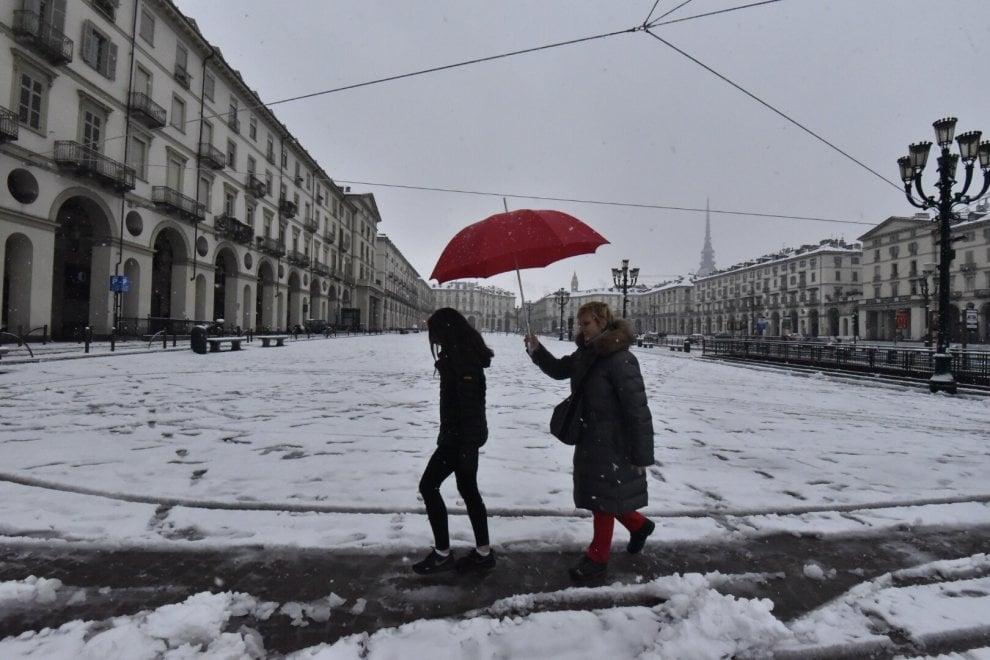 Il risveglio in una Torino imbiancata