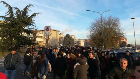 """Scuole al gelo, gli studenti scendono in piazza: """"Basta promesse, servono interventi definitivi"""""""