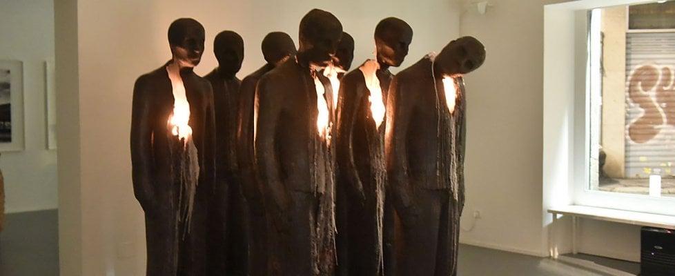 Torino, opera d'arte shock: sette sagome di cera in fiamme per ricordare i morti della Thyssen